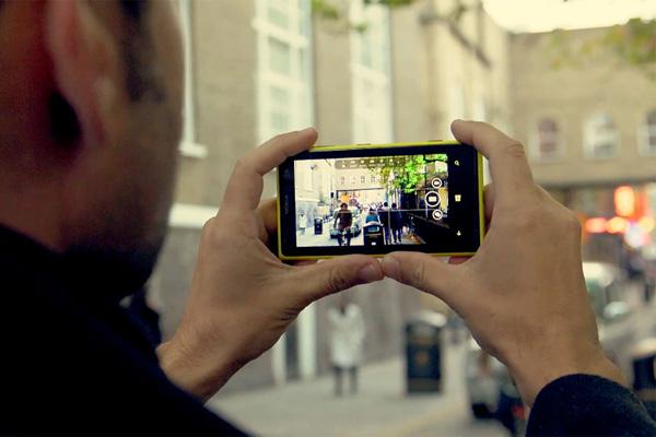 عکاسی با موبایل در مکان عمومی