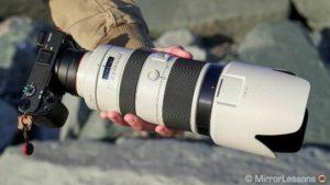 لنز سفید و بزرگ نصب شده بر روی دوربین بدون آینه