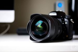 دوربین DSLR به همراه لنز نصب شده روی دوربین