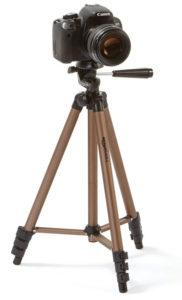 دوربین کنون نصب شده بر روی سه پایه عکاسی با پایههای قهوه ای