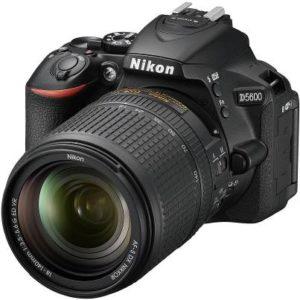 دوربین نیکون به همراه لنز نصب شده روی آن